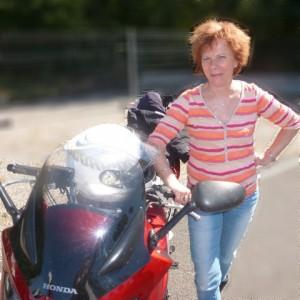 Portrait de Marie-Jo qui roule en CBF600S